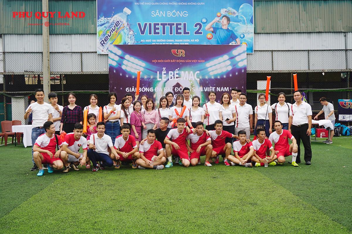 Bức ảnh lưu niệm giữa các cầu thủ và đội cổ động viên
