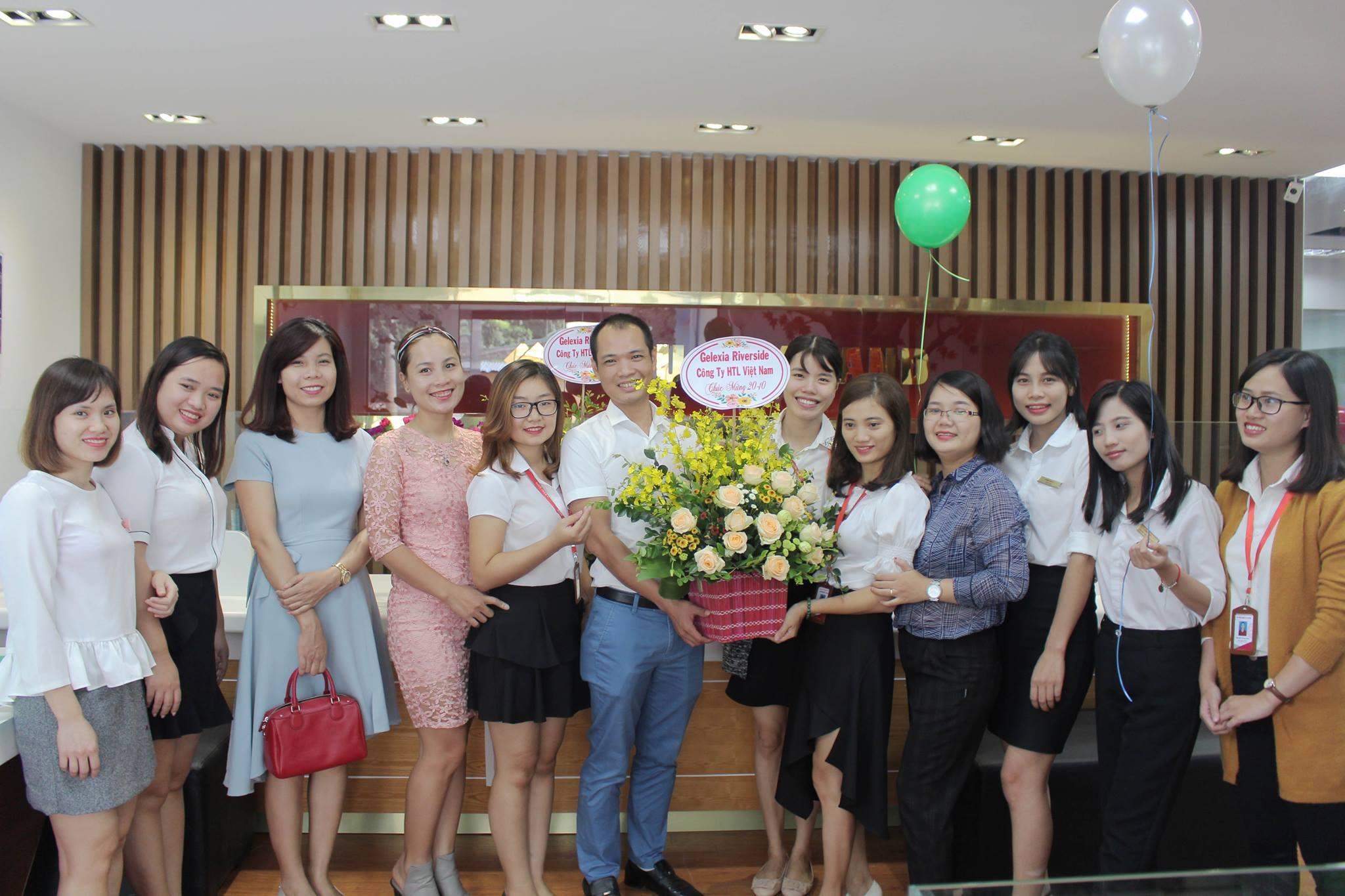 Cũng nhân dịp20/10này, đại diện Công ty Cổ Phần Đầu Tư Xây Dựng Và Kinh Doanh BĐS HTL Việt Nam, trực thuộc Tập đoàn Geleximco đến tặng hoa và chúc mừng.