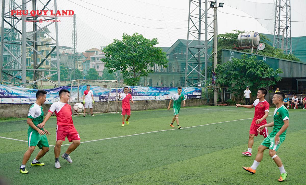 Trên sân cỏ những chiến binh thi đấu tập trung cao độ