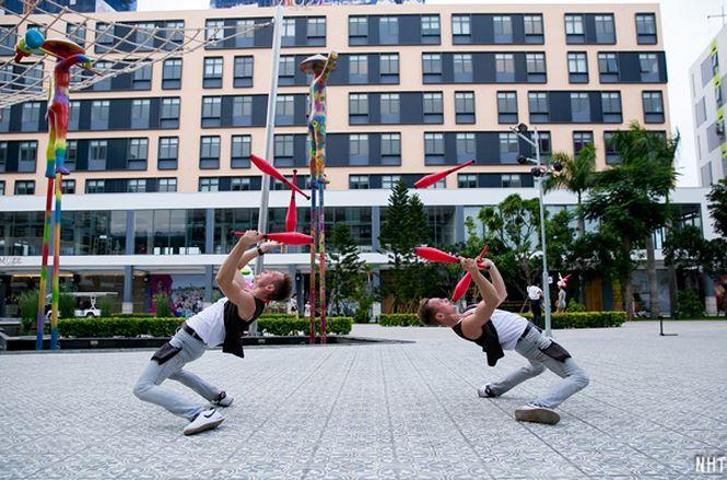 Các nghệ sĩ đường phố hoạt động thường xuyên tại phố đi bộ để cống hiến những màn trình diễn hấp dẫn nhất cho du khách