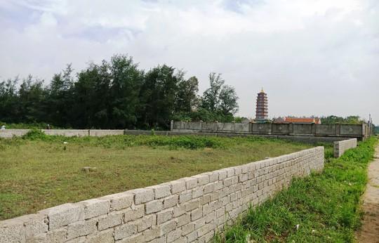 Khu đất đắc địa ngay sát đường vành đai ven biển xã Quảng Thái (có tường rào bao quanh) gần 1.000 m2 thuộc sở hữu của em trai chủ tịch UBND huyện Quảng Xương.