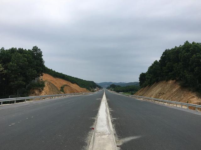 Tuyến đường cao tốc mới Hạ Long - Vân Đồn nối thẳng đường cao tốc Hà Nội - Hải Phòng - Quảng Ninh sẽ tạo thuận lợi cho du khách di chuyển cả về đường bộ và đường không.