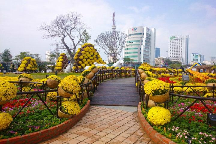 Con đường hoa được trang trí cầu kì với nhiều bông hoa tươi. (Ảnh: Dulichvietnam)
