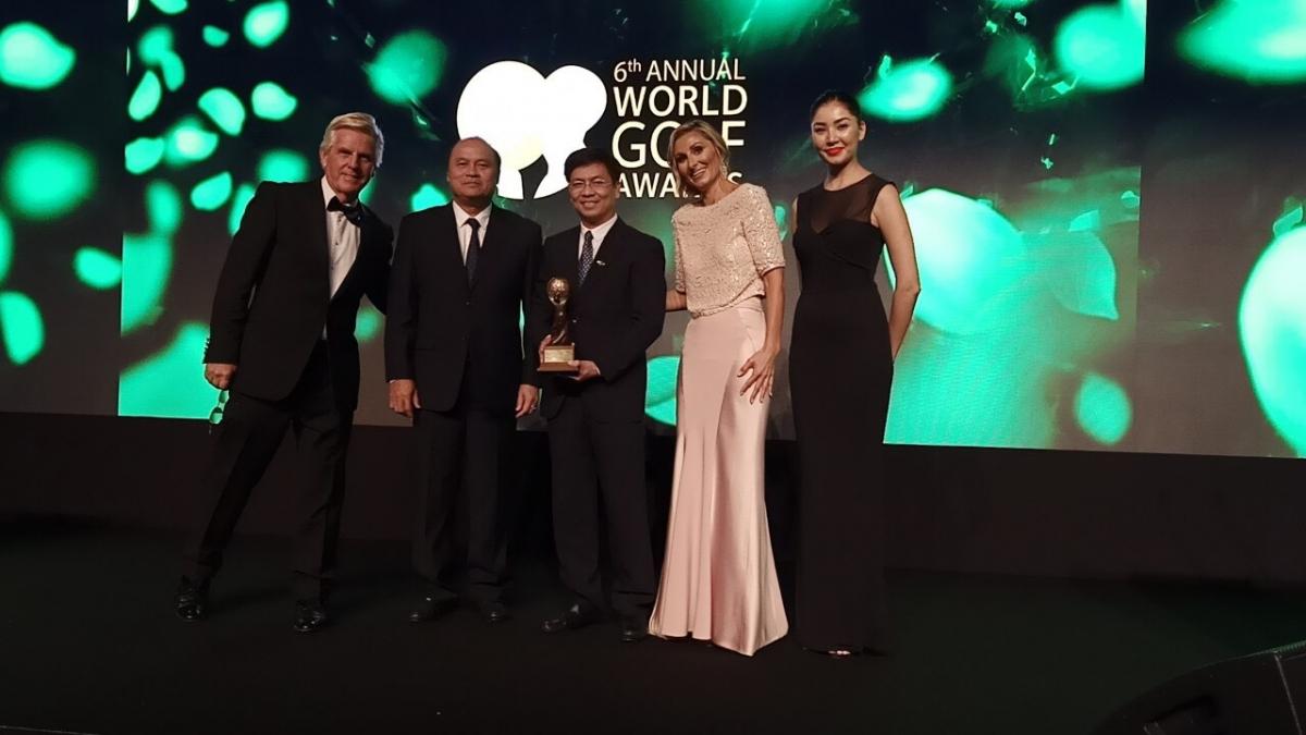 Ông Đinh Ngọc Đức (giữa) - Vụ trưởng Vụ Thị trường du lịch (Tổng cục Du lịch) nhận giải WGA năm 2019.